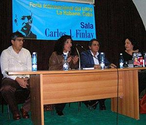 Marina Menéndez junto al periodista Roger Ricardo Luis en la presentación del volumen Viajes desde la memoria, en la pasada Feria Internacional del Libro de La Habana.