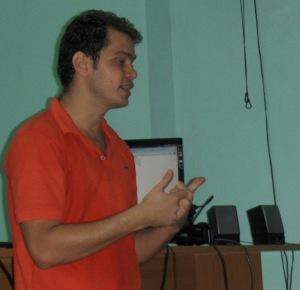 El profesor Fidel Alejandro durante su conferencia en postg Comunicación Hipermedia en el ámbito local