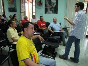 El MSc Carlos A. Gonzlaez, presidente de la cátedra de Periodismo deportivo durante su conferencia