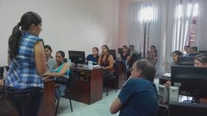 La profesora MSc Liliam Marrero intercambiando con un grupo de diplomantes