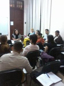 La profesora Milena Recio intercambia con los participantes
