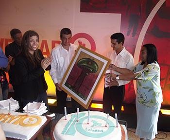 Periodistas cubanos entregan reconocimiento a trabajadores de TeleSUR.