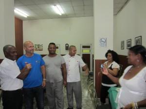 Trabajadores del Instituto y su Residencia charlan con el apreciado visitante.