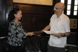 La decana del Colegio de Periodistas del Perú–Consejo Departamental de Loreto (CPP – CDL), Carmen Olinda Goche Díaz, y el presidente de la Upec, Antonio Moltó Martorell, en la firma de Carta de Intención (Foto: Yoandry Avila)