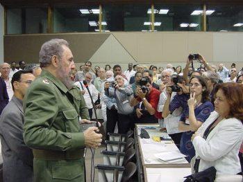 Fidel conversa con varios delegados al VII Congreso de la Upec